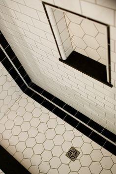 Niche for shower and bathtub Art deco Bungalow bathroom shower Art Deco Tiles, Art Deco Bathroom, 1920s Bathroom, Bathroom Ideas, Indian Bathroom, Art Deco Kitchen, Bathroom Colors, Houses Architecture, Bungalow Bathroom