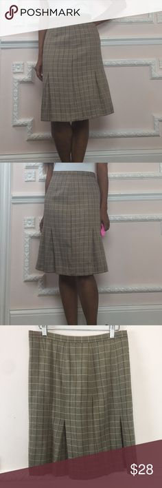 Banana Republic Size 4 plaid skirt Gently worn preowned. No flaws. Great Work, office, & campus skirt. Lined. Button and hidden zip at back. 65% Wool 35% Rayon- Brown Town Dark Brown Cream. For reference I am 5'2 Skirt is pinne don me in the pic as it is a bit loose on me. Has no stretch. Measurements (Flat) Length - 23 inches Waist -30 Inches Hip- 36 inches Visit and follow my closet for hundreds of styles in all price ranges! Banana Republic Skirts Midi