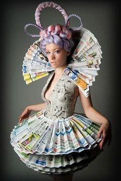 Llamativo traje hecho con hojas de periódico