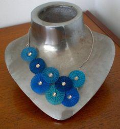 Este llamativo collar está hecho de plata esterlina y varios tonos de azules y turquesas flores artesanales de pelo de caballo. Las flores son hechas por un grupo de artesanos en un pequeño pueblo de Chile.This central única artesanía de 300 años y fue pasado de madre en hija generación tras