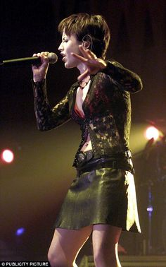 Cranberries star Dolores O'Riordan dies in London aged 46 Zombie Clothes, Mundo Musical, Dolores O'riordan, Rock Girls, Music Icon, Pinterest Board, Skirt Outfits, Mail Online, Music
