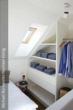 die platzsparenden offenen einbau schrankelemente mit groen schubladen erfllen ihre funktion unter der dachschrgen - Wohnideen Schlafzimmer Dachschrge