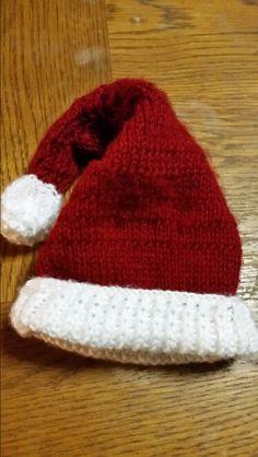 Newborn Christmas hat.  Pattern found on Ralvry.