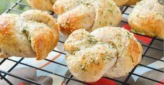 Laissez vous envahir par l'odeur de ce petit pain à l'ail et parmesan...Je vous mets au défi de ne pas y gouter !