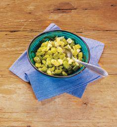 Salsão assado com queijo-branco | Receita Panelinha: Eis aqui mais uma combinação de queijo com o salsão que chega para agradar o paladar! Não deixe de colocar raspas de limão no final para deixar a preparação bem perfumada!
