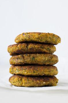 Kikærtebøffer eller kikærtedeller. Sprød skorpe og bløde og krydret indeni. De smager så godt! De er perfekte til kødfrie dage, nemme og sunde aftensmåltider eller til en lækker madpakke.