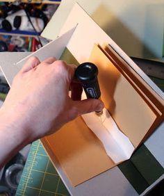 Olá,   Por causa de muitos pedidos, resolvi postar um tutorial sobre berço para encadernação feito com papelão cinza.    Pap do berço em pap...