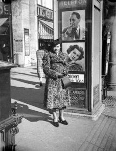 Rákóczi út 4. előtt álló telefonfülke, mögötte Lustig Ede üzlete.