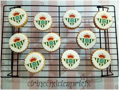 Galletas de mantequilla con el escudo del Betis Sugar, Cookies, Desserts, Food, Custom Cookies, Shortbread Cookies, Coat Of Arms, Crack Crackers, Tailgate Desserts
