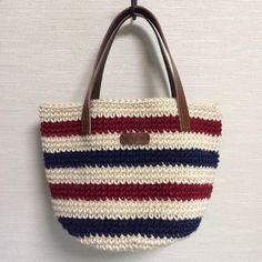 麻紐を編んで作った、丸底のバッグです。本体は生成り・ネイビー・レッドでトリコロールカラーに編み上げ、夏らしく仕上げましたヾ(*'∀`*...|ハンドメイド、手作り、手仕事品の通販・販売・購入ならCreema。