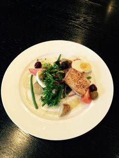 Salade Niçoise: geroosterde zwaardvis · aardappel · haricots vert · tomaat · ei · olijven · wasabidressing