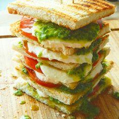 Tomate-Mozarella-Sandwich mit selbsgemachten Pesto