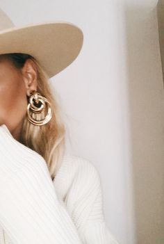 Gold loop earrings Source by muclini fashion accessories Foto Blog, Paris Mode, Beige Aesthetic, Aesthetic Outfit, Aesthetic Rings, Aesthetic Coffee, Aesthetic Style, Aesthetic Photo, Aesthetic Fashion