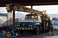 FUSO old truck crane