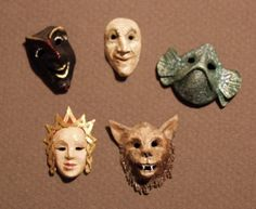 how to: mini papier mache masks (You can also use Polymer Clay) Haunted Dollhouse, Diy Dollhouse, Dollhouse Miniatures, Victorian Dollhouse, Modern Dollhouse, Dollhouse Tutorials, Halloween Miniatures, Miniature Dolls, Miniature Houses