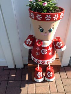idee-jardin-pots-à-fleurs-céramiques-peint-en-rouge-dessin-visage-féminine-décoration-à-motifs-floraux