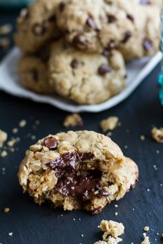 Mom's Simple Oatmeal Chocolate Chip Cookies - the Best Oatmeal Chocolate Chip Cookies Around! Baking Recipes, Cookie Recipes, Dessert Recipes, Oatmeal Chocolate Chip Cookies, Chocolate Chips, Chocolate Recipes, Best Oatmeal, Snacks Für Party, Yummy Cookies