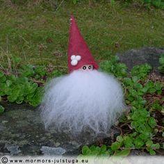 Handgjorda vätten Burre har fått röd mössa. Handmade gnome Burre in new red hat. Swedish handicraft.