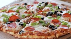 A robust, homemade pizza sauce and fresh yeast pizza crust that comes together fast! No more waiting for from-scratch pizza! Make it on a weeknight! Pizza Recipes, Sauce Recipes, Pizza Day, Pizza Food, Divas Can Cook, Making Homemade Pizza, Quick Easy Meals, Quick Recipes, Delicious Recipes