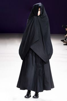 Yohji Yamamoto Fall 2019 Ready-to-Wear Fashion Show 00s Fashion, Fashion Over 50, Runway Fashion, Fashion Tips, Black Girl Fashion, Pink Fashion, French Fashion, Petite Fashion, Style Fashion