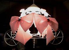 Lindo lançamento para as princesas em geral, agora a carruagem em forma de lustre. Peça majestosa digna das princesinhas em geral, com armação feita de ferro com pintura pátina branca (essa pintura reproduz efeito envelhecido com detalhes descascados). A carruagem tem 4 laçarotes gigantes de tecido rosa bebê com mega cristais em cada um, possui dois laçarotes de cetim nas laterais também com cristais de tamanho médio, e mega cristais em cada uma das quatro rodas. Possui ainda delicado…