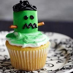 Whip up a cupcake creation that& sure to dazzle your Halloween party guests by decorating store-bought or homemade cupcakes. Our Halloween cupcake decorating ideas—including monsters, black cats, witches, and ghosts—are all magic to make and decorate! Halloween Desserts, Halloween Cupcakes Decoration, Halloween Goodies, Halloween Cakes, Halloween Treats, Halloween Fun, Halloween Clothes, Costume Halloween, Marshmallow Halloween