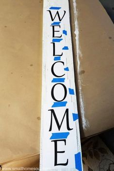 DIY Welcome Sign - You Can Make This It's easy to add a bright focal point to your porch with an easy DIY Welcome Sign.It's easy to add a bright focal point to your porch with an easy DIY Welcome Sign. Outdoor Welcome Sign, Welcome Signs Front Door, Porch Welcome Sign, Wooden Welcome Signs, Front Porch Signs, Diy Wood Signs, Outdoor Signs, Pallet Signs, Front Porches