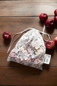 Valoverhot sopivat hedelmäpussin materiaaliksi loistavasti, koska kangas on kevyttä ja läpikuultavaa. Jos haluat pusseista persoonalliset ja kauniit, valitse pussin ideoijan Saara Kohtalon tapaan kukallinen pitsiverho. Diy Sponges, Sewing Crafts, Sewing Projects, Diy And Crafts, Arts And Crafts, Produce Bags, Canvas Designs, Fabric Bags, Purses And Bags