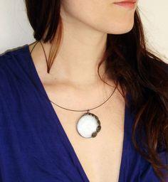 Black - SLEVA 20% Uvedená cena již po slevě. Autorský cínovaný náhrdelník, s bílým skleněným kabošonem s tvarem květu. Zavěšen na kovové obruči. Vyroben z bezolovnatého cínu, napatinován, ošetřen antioxidačním prostředkem.
