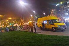 "Inspirasi dari Turki: Aşhane (Dapur Sosial)  Jam menunjukkan pukul 00.04. Beberapa orangtua terlihat duduk tangan kanannya memegang mangkok kertas dan tangan kiri memegang roti. Juga ada beberapa anak mondar mandir memegang mangkok dengan tulisan yang sama. Tidak jauh dari sana nampak sebuah mobil minibus berwarna kuning tertera tulisan ""Aşhane.. Mumin komşusu aćken yatamaz"" (Dapur sosial.. Mukmin tidak bisa tidur sedang tetangganya lapar). Rupanya mobil ini yang membagikan semangkuk sup dan…"