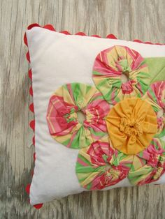 Easy Pillow Patterns | the cutest spring pillow and a super easy pillow pattern