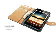 Con el Case Leather Valentinus puedes mantener tu Galaxy Note 2 protegida de los golpes y de las ralladuras. Tiene ranuras interiores para tarjetas hecha en cuero. Utiliza un marco de policarbonato duro para proteger el dispositivo de los golpes externos. Colores disponibles: Negro.
