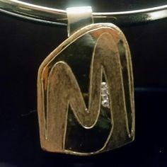 Dije dorado inicial de nombre bañado en oro de 24 k con zircones