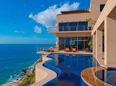 Piscina e fachada da Villa Bellissima, em Cabo San Lucas, no México. A propriedade tem oito suítes, todas com varandas de frente para o Pacífico, além de uma academia também com vista para o mar