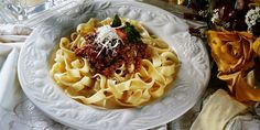 Těstoviny s ragú alla bolognese. Roasted Chicken And Potatoes, European Cuisine, Italian Appetizers, Spanish Tapas, Fresh Bread, Bolognese, Foodie Travel, Tasty Dishes, Good Food