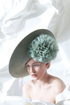Galleries of haute couture and ready to wear hat collections and handbags. Philip Treacy Hats, Fascinator Hats, Fascinators, Run For The Roses, Flapper Hat, Hats For Women, Ladies Hats, Fancy Hats, Love Hat
