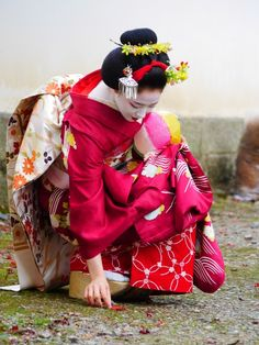 Geiko and Maiko of Gion Kobu — geisha-kai: November maiko Mamefuji of. Japanese Geisha, Japanese Beauty, Japanese Kimono, Japanese Fashion, Japanese Art, Asian Fashion, Asian Beauty, Geisha Japan, Japon Tokyo