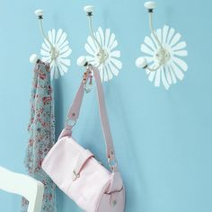 Cute idea to paint a flower on the wall where the hook is attached. Via -Cabide Flores CIN