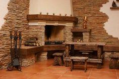 A szabálytalan felületű, hasított kő csíkok egy kandalló és az ősies bútorok mellett igazán rusztikus enteriőr látványát teremti meg!