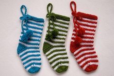 How to knit a Christmas stocking with two needles Classic Christmas Decorations, Holiday Decor, Large Christmas Stockings, The White Stripes, Stockinette, Crafts To Make, Mittens, Bows, Knitting