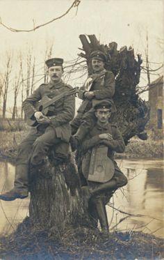 3 Soldaten mit ihren Musikinstrumenten, 1. Weltkrieg.
