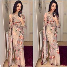Exclusive latest fashion new bollywood style saree collection - Fashion Street Simple Sarees, Trendy Sarees, Stylish Sarees, Sari Dress, Sari Blouse, Saree Blouse Designs, Saree Designs Party Wear, Party Wear Sarees, Saree Floral