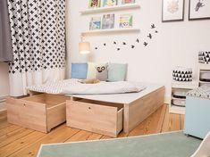 DIY-Anleitung: Podest fürs Kinderzimmer bauen / diy idea for the nursery: how to build a podest Kids Bedroom Furniture, Living Furniture, Diy Furniture, Boy Room, Kids Room, Diy Storage Bed, Toy Storage, Hacks Ikea, Diy Bett