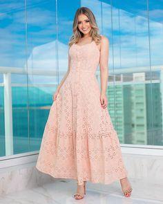 La imagen puede contener: una o varias personas y personas de pie Simple Dresses, Pretty Dresses, Beautiful Dresses, Casual Dresses, Summer Dresses, Formal Dresses, Chic Outfits, Dress Outfits, Fashion Dresses