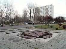 Ceramiczna fontanna w Gdańsku Żabiance autorstwa Edwarda Roguszczaka; forma spękanej suszą ziemi, z której tryskało źródło.
