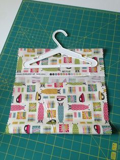 peg bag tutorial - have just made one of these! Suits heavier fabrics and oil cloth. Small Sewing Projects, Sewing Hacks, Sewing Tutorials, Sewing Patterns, Bag Tutorials, Purse Patterns, Fabric Crafts, Sewing Crafts, Peg Bag