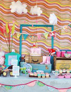 Una preciosa mesa de dulces para una fiesta Peppa Pig - me encantan los decorados! Via blog.fiestafacil.com / A lovely sweet table for a Peppa Pig party - I love the decorations! Via blog.fiestafacil.com