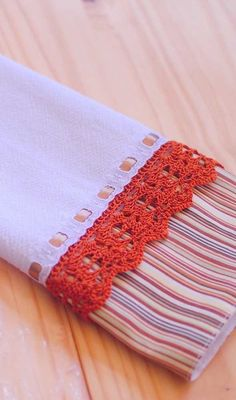 Intervenção simples, barata e fácil de fazer no pano de prato Crochet Towel, Crochet Lace, Sewing Crafts, Sewing Projects, Diy Crafts, Kitchen Towels, Diy Kitchen, Crochet Borders, Arts And Crafts