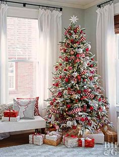 Give your Christmas decoration a festive touch. Try the classic Red and white Christmas decor. Here are Red and White Christmas decor ideas for you. Christmas Tree Pictures, Creative Christmas Trees, Christmas Tree Inspiration, Gold Christmas Decorations, Beautiful Christmas Trees, Christmas Tree Ideas, Decorated Christmas Trees, Candy Cane Christmas Tree, Christmas Tree Themes Colors Red