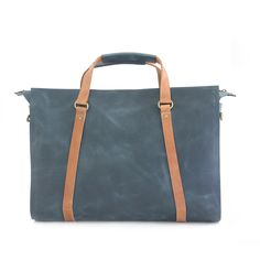 HARRI is the perfect leather bag to fit all you need for work or for a weekend getaway.